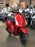 Custom Vespa Primavera Candy Red schuinvoor