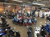 Showroom foto met Santini e-Capri scooters