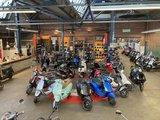 Showroom vol met Vespa scooters
