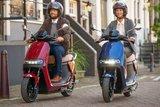 Segway E125s Elektrische scooters Blauw en Rood lifestyle4