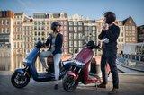 Segway E125s Elektrische scooters Blauw en Rood lifestyle