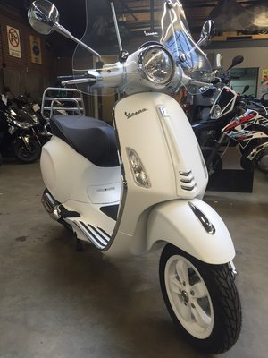 Custom Vespa Primavera Summit White
