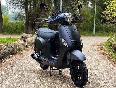 Santini Capri scooter matzwart 2021