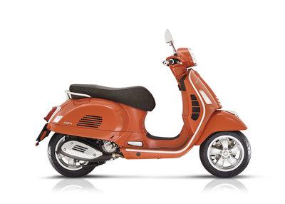 Vespa Gts 300 hpe e5 oranje motorscooter rechts