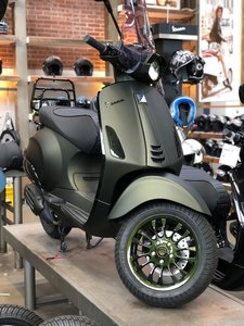 Custom Vespa Sprint Candy Army Green schuin voor